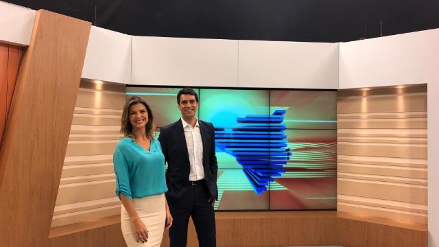 O telejornal, com apresentação de Raphael Faraco e Mariana Paniz, exibe as primeiras notícias do dia em Santa Catarina e repercute os fatos mais relevantes. Conta ainda com a participação do comentarista Renato Igor.