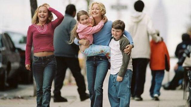 A carreira de Helen Harris está em ascensão. No entanto, seu estilo de vida sofre uma enorme transformação quando sua irmã e seu cunhado morrem e ela se vê responsável pelos três sobrinhos.