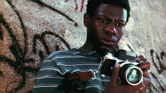 Buscapé, jovem pobre e negro, é um garoto muito sensível que cresceu na Cidade de Deus, favela carioca conhecida por ser um dos locais mais violentos do Rio, e que consegue escapar do mundo do crime tornando-se fotógrafo profissional. Através de seu olhar atrás da câmera, ele analisa o dia a dia da favela onde a violência aparenta ser infinita.