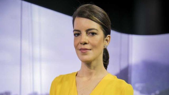 O telejornal, apresentado por Mariana Gross, exibe as principais notícias do Rio, com prestação de serviço e previsão do tempo.