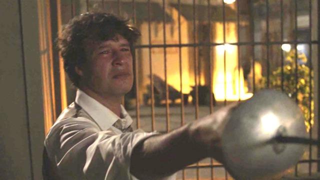 Edmundo fere Rômulo acidentalmente com uma espada