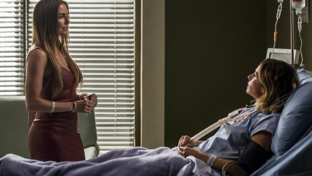 Karola visita Luzia no hospital: 'Vou lhe fazer uma proposta'