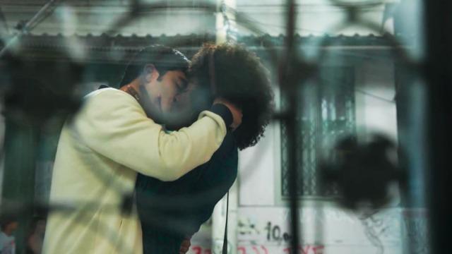 Hugo dá um beijão em Dandara