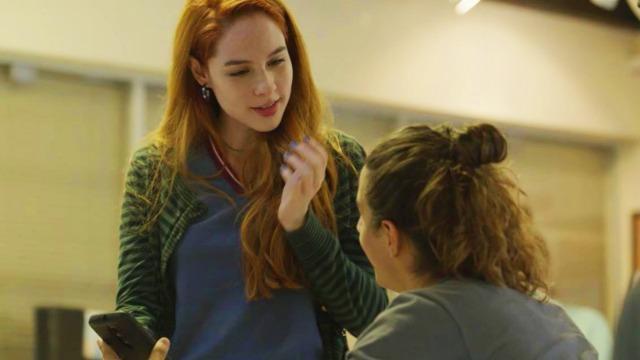 Fabiana arma para Hugo.  A adolescente não vai medir esforços para ganhar as eleições do grêmio estudantil.