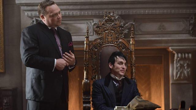Pinguim assume o comando de Gotham, e o detetive James Gordon vive um dilema moral ao ter que pedir ajuda ao vilão.