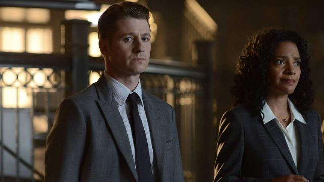 Gordon investiga uma fuga da prisão de Arkham, enquanto Galavan planeja o seu próximo passo. E a jornada de Bruce para desvendar os segredos do pai o leva até um velho amigo da família.