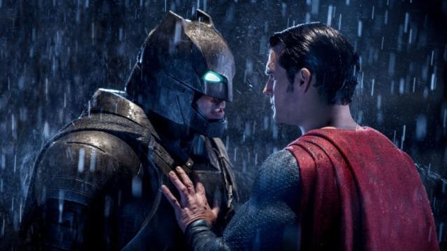 O confronto entre Superman e Zod em Metrópolis fez com que a população mundial se dividisse acerca da existência de extraterrestres na Terra. Enquanto muitos consideram o Superman como um novo deus, há aqueles que consideram extremamente perigoso que haja um ser tão poderoso sem qualquer tipo de controle. Bruce Wayne é um dos que acreditam nesta segunda hipótese. Sob o manto de um Batman violento e obcecado, ele investiga o laboratório de Lex Luthor, que descobriu uma pedra verde que consegue eliminar e enfraquecer os filhos de Krypton.