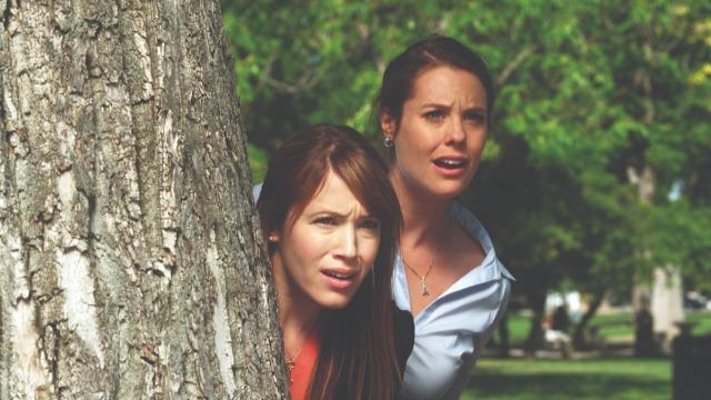 """Depois que o pai de Elinor e Marianne Dashwood é acusado de fraudar investidores, as irmãs precisam fazer o seu próprio caminho no mundo. Acostumadas a terem tudo o que desejam, elas lutam para encontrar um emprego à altura da família Dashwood. Adaptação moderna do livro de Jane Austen """"Razão e Sensibilidade""""."""
