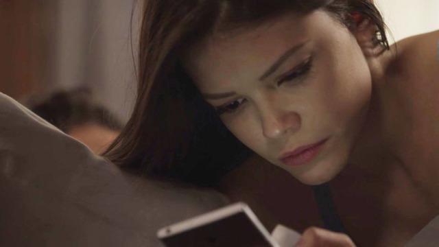 Cris recebe fotos dela e de Margot no casarão e fica intrigada