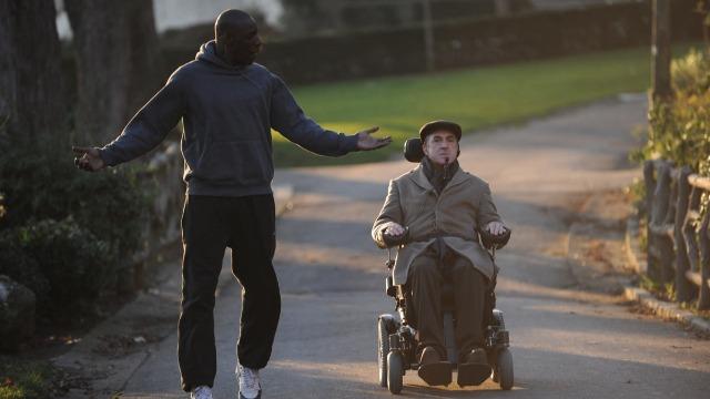 A amizade entre Philippe, um milionário tetraplégico, e seu novo empregado, Driss, um jovem problemático de origem africana, criado num subúrbio pobre de Paris. Baseado numa história real.