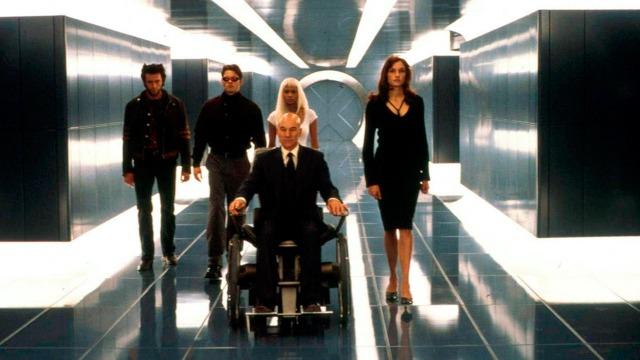 Seres mutantes querem dominar o mundo, mas o professor Xavier procura impedir a guerra com a ajuda de Wolverine, Ciclope, Jean Grey e Tempestade.