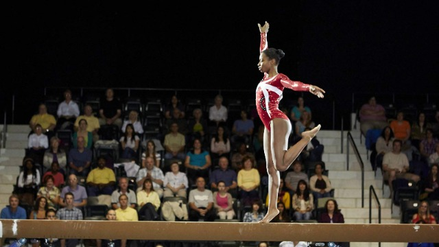 A história da ginasta fenômeno internacional que superou todas as adversidades para se tornar a primeira afro-americana em ginástica artística nos jogos olímpicos.