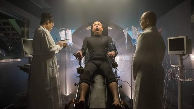 Hugo Strange dá as boas vindas a um rosto conhecido em Gotham, após ele ressuscitar Fish Mooney.