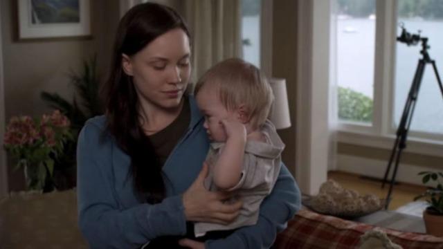 Violet é uma mãe solteira que acaba de perder o emprego. Desesperada, a jovem resolve abandonar o bebê na porta da casa de Peyton, uma famosa escritora de livros de autoajuda que, coincidentemente, abandonou um filho há muitos anos. Quando as duas mulheres se cruzam, uma amizade verdadeira começa a surgir.