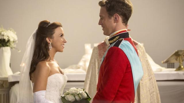 Uma jovem, após viver um ano de namoro, descobre que o seu namorado é um príncipe e tem, agora, que ganhar a aceitação da sogra, que é rainha e rejeita a jovem e as suas humildes origens.