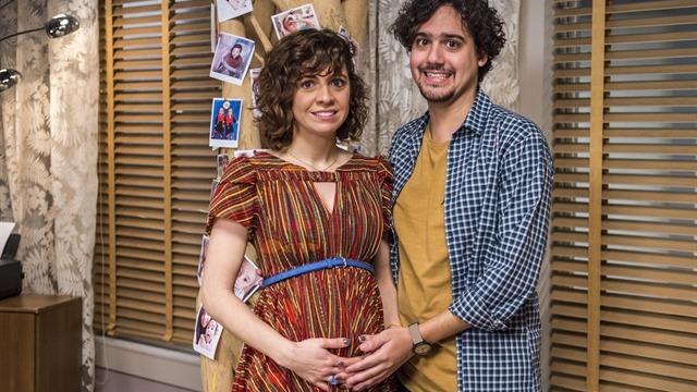 Taís e Pedro são pegos de surpresa com a notícia de que serão pais. Agora, eles terão que lidar com todas as dúvidas e dificuldades nessa nova fase de suas vidas.