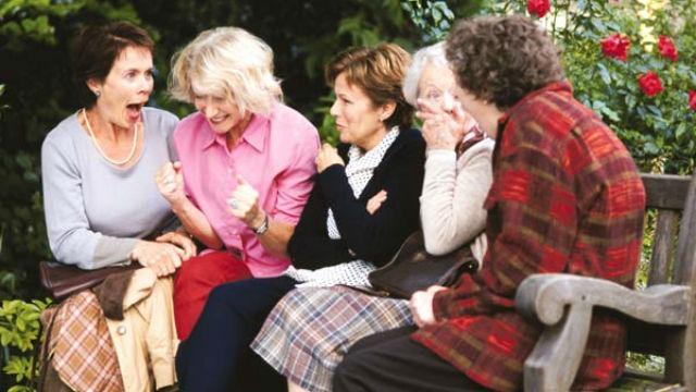 A história real de Chris e Annie, amigas diferentes entre si, mas inseparáveis, que vivem em uma cidadezinha inglesa. Chris é integrante do Women's Institute, uma associação nacional que congrega senhoras em torno de atividades, como feitura de doces e geleias, jardinagem ou tricô. Quando o marido de Annie morre de leucemia, ela resolve se juntar ao grupo, em um movimento para ajudar o hospital local. A campanha, idealizada por Chris, consiste em fazer um calendário com uma integrante do Women's Institute para cada mês, cada uma mostrando uma prenda de seus dotes domésticos. Uma ideia muito tradicional e familiar, não fosse por um pequeno detalhe: as mulheres devem aparecer nas fotos completamente nuas.