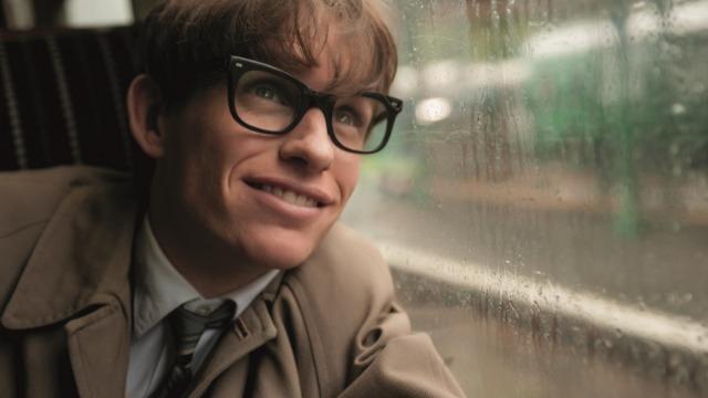 Baseado na biografia de Stephen Hawking, o filme mostra como o jovem astrofísico fez descobertas importantes sobre o tempo, além de retratar o seu romance com a aluna de Cambridge Jane Wide e a descoberta de uma doença motora degenerativa quando tinha apenas 21 anos.