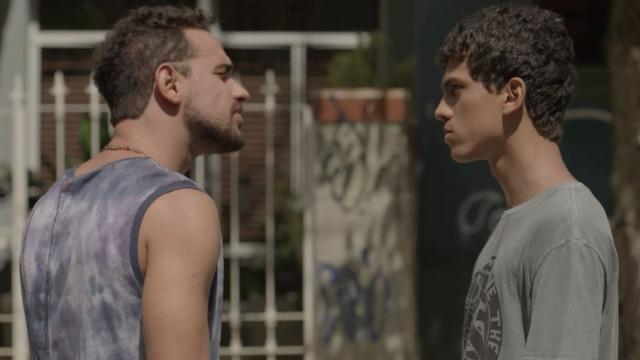 Júnior ameaça Vagner, que finge aceitar trabalhar para José