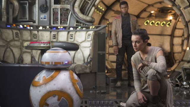 Décadas após a queda de Darth Vader e do Império, surge uma nova ameaça: a Primeira Ordem, uma organização sombria que busca minar o poder da república e que tem Kylo Ren, o general Hux e o líder supremo Snoke como principais expoentes. Eles conseguem capturar Poe Dameron, um dos principais pilotos da resistência, que, antes de ser preso, envia através do pequeno robô BB-8 o mapa de onde vive o mitológico Luke Skywalker. Ao fugir pelo deserto, BB-8 encontra a jovem Rey, que vive sozinha catando destroços de naves antigas. Paralelamente, Poe recebe a ajuda de Finn, um stormtrooper que decide abandonar o posto repentinamente. Juntos, eles escapam do domínio da Primeira Ordem.