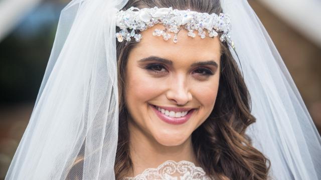 Marocas desce as escadas da mansão vestida de noiva, sob o olhar encantado da família