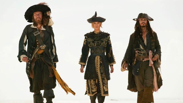 O capitão Barbossa, Will Turner e Elizabeth Swann terão que navegar até o fim do mundo conhecido, por águas traiçoeiras, para enfrentar a batalha mais perigosa. Mas o maior perigo, talvez, venha de um aliado, já que contam com os talentos do capitão Jack Sparrow, que ainda vão ter de resgatar.