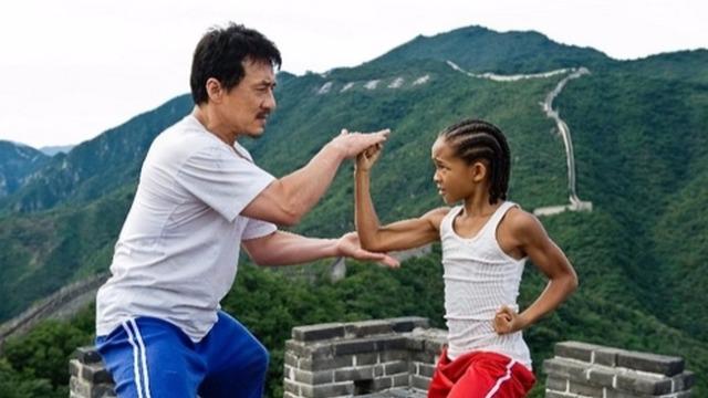 Dre Parker se mudou com a mãe para Pequim por causa do novo emprego dela. Ao chegar, ele se interessa por Meiying, uma linda e sensível menina. A aproximação deles provoca a irritação de Cheng, um valentão que lhe dá uma surra usando a técnica do kung fu. A partir de então, a vida de Dre se torna um inferno, até ele encontrar o velho sr. Han, que se revela mais sábio e poderoso do que parece.
