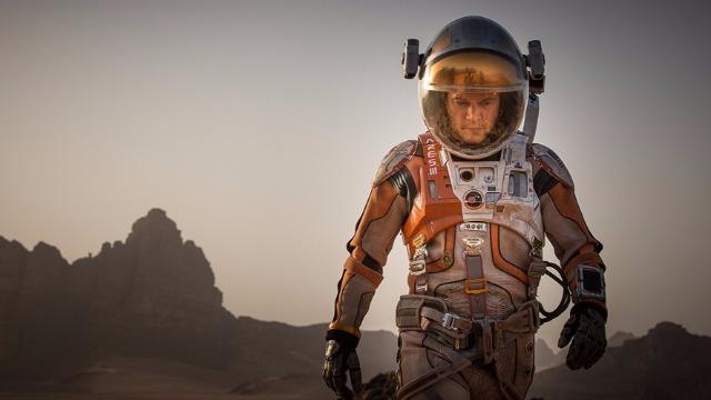 O astronauta Mark Watney é enviado a uma missão em Marte. Após uma severa tempestade, ele é dado como morto e acorda sozinho no misterioso planeta com escassos suprimentos, sem saber como reencontrar os companheiros ou retornar à Terra.