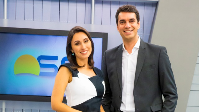 O telejornal, com apresentação de Raphael Faraco e Eveline Poncio, exibe as primeiras notícias do dia em Santa Catarina.