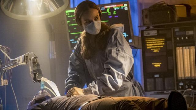 Amunet sequestra Caitlin e a força a praticar uma tarefa médica complicada.