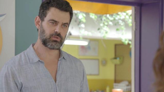 Rafael avisa a Gabriela que deseja colocar seu nome no registro de Alex e Flora.