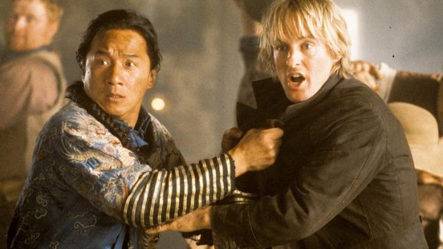 Em 1800, uma princesa é sequestrada na cidade proibida na China e levada até o Velho Oeste americano. Na tentativa de salvá-la parte Chon Wang, que se depara com uma cultura completamente diferente da sua. Ao ser atacado por cowboys armados, Wang responde com acrobáticos golpes de kung fu que deixam os americanos de cabelo em pé.