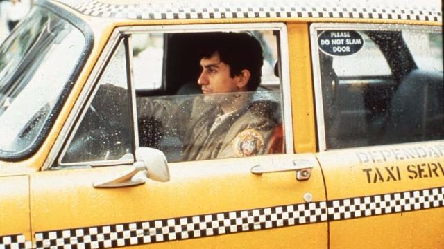 Sem conseguir dormir, um veterano de guerra começa a trabalhar como motorista de táxi nas noites de Nova York. Cada vez mais perturbado com a própria solidão, ele se revolta com a miséria e a violência que o cercam.