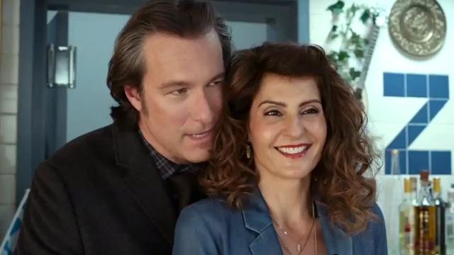Toula e Ian continuam juntos e passam bastante tempo tentando compreender a problemática filha adolescente. Quando o casal descobre que uma união de sua família nunca foi oficializada pela religião, todos os Portokalos se reúnem para mais um grande casamento grego.