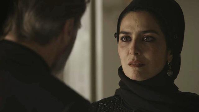 Aziz arma plano e flagra Soraia indo para quarto de Hussein.