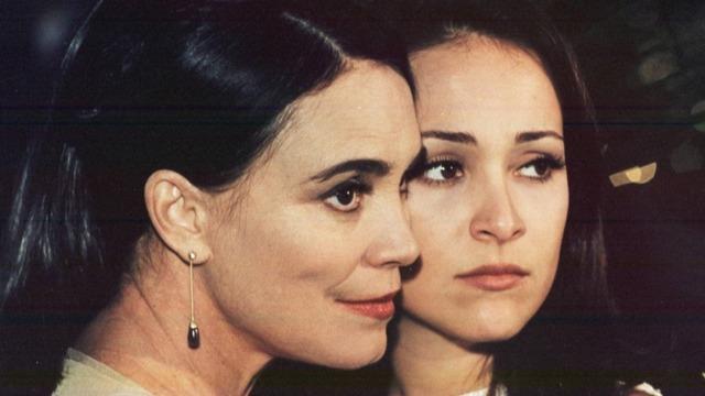 Escrita por Manoel Carlos, 'Por Amor' traz o drama de Helena, que é capaz de trocar o filho vivo pelo neto morto, gerado pela primogênita, Maria Eduarda, pouco tempo após darem à luz.