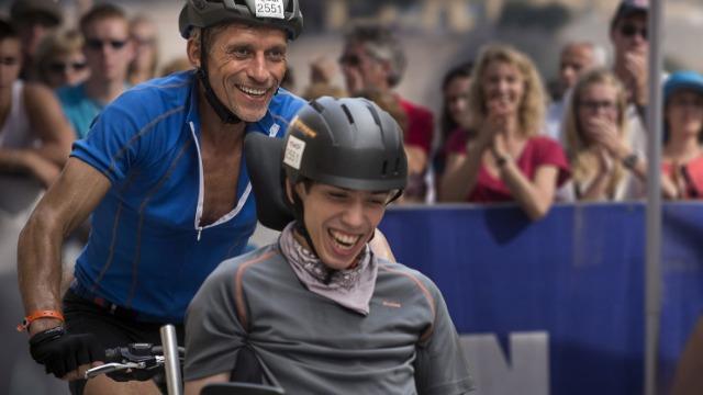 """Julien vive numa cadeira de rodas e, como todos os adolescentes, sonha com grandes aventuras e emoções. Para realizar seu sonho, o jovem convence o pai a competir ao seu lado no triathlon """"Ironman"""", de Nice, uma das provas mais difíceis do circuito mundial. Treinando para o evento, Julien irá reconstruir sua relação com o pai, transformando a vida de toda sua família. Baseado em uma história real."""