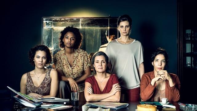 'Assédio' traz a história de união de mulheres que formaram uma rede para denunciar uma sequência de abusos sexuais cometidos por um médico bem-sucedido e respeitado.