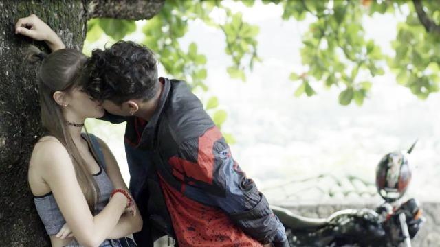 Peixoto flagra Anjinha e Cleber se beijando
