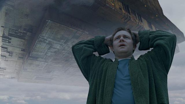 Arthur Dent é um homem normal, que está tendo um péssimo dia. Após saber que sua casa está prestes a ser demolida, Arthur descobre que Ford Prefect, seu melhor amigo, é um extraterrestre e, para completar, fica sabendo que a Terra está prestes a ser destruída para que se possa construir uma nova autoestrada hiperespacial. Sem ter o que fazer para evitar a destruição de seu planeta, Arthur só tem uma saída: pegar carona em uma nave espacial que está de passagem. Ele passa, então, a conhecer o universo, sendo que tudo o que precisa saber sobre sua nova vida está contido em um valioso livro: o guia do mochileiro das galáxias.