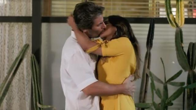 Janaína e Raimundo trocam beijos apaixonados