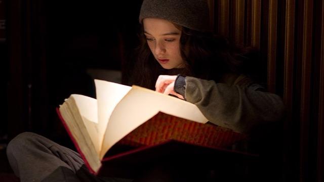 Uma menina órfã acha um livro de hipnose e, ao praticar com algumas pessoas, consegue ir até Nova Iorque e se tornar rica e famosa. Mas, ao descobrir a existência do livro, um homem sequestra seu cachorro com a intenção de chantageá-la a roubar um banco.