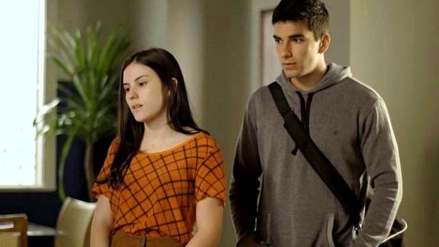 Karina é grossa com Daniel e causa climão entre ele e Milena