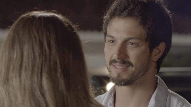 Marcos tenta seduzir Paloma na porta da mansão: 'Eu tô aqui'