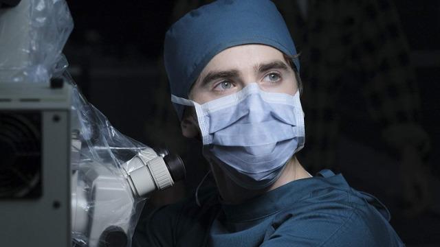 Episódios 'Encanamentos': Dr. Melendez aceita a sugestão de Shaun para salvar um bebê e uma mãe em gravidez de risco. Shaun e Claire se unem para tratar uma atriz pornô adolescente.