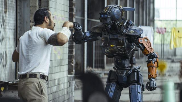 Em um futuro próximo, a África do Sul decidiu substituir os seus policiais humanos por uma frota de robôs ultra resistentes e dotados de inteligência artificial. O criador destes modelos, o brilhante cientista Deon, sonha em embutir emoções nos robôs, mas a diretora da empresa de segurança desaprova a ideia. Um dia, ele rouba um modelo defeituoso e faz experiências nele, até conseguir criar Chappie, um robô capaz de pensar e aprender por conta própria. Mas Chappie é roubado por um grupo de ladrões que precisa da ajuda para um assalto a banco. Quando Vincent, um engenheiro rival de Deon, decide sabotar as experiências do colega de trabalho, a segurança do país e o futuro de Chappie correm riscos.