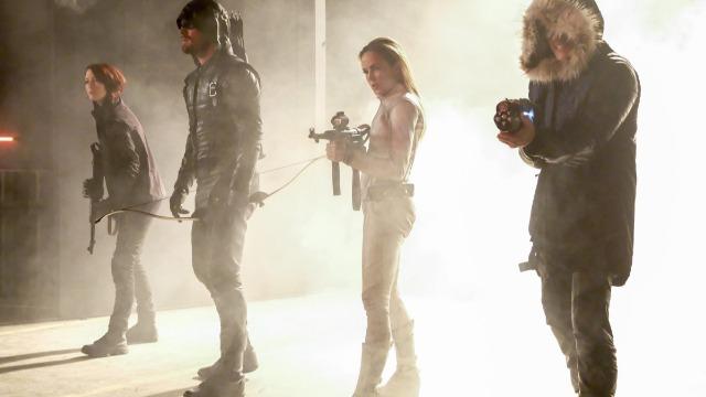 Episódio 'Crise na Terra-X: Terceira Parte': Todos se reúnem para o casamento de Barry e Iris, mas a cerimônia é interrompida por vilões da Terra-X.