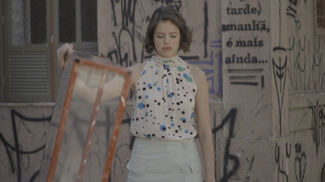 Josiane  (Agatha Moreira) tem seu dia de boleira.