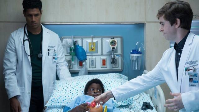Episódio 'Variáveis': Shaun e Melendez se unem em um método inovador para tratar um garoto africano com um grave problema no coração.