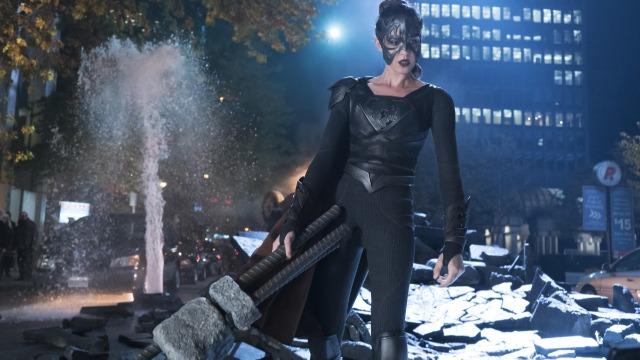 Episódio 'Reign': Supergirl investiga um símbolo misterioso que está aparecendo em toda National City, rastreando sua origem a uma antiga profecia e à marca da destruidora de mundo, Reign.